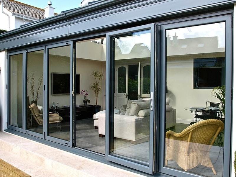 Окна из алюминия – прекрасная альтернатива конструкциям из металла и дерева. В их комплектацию входят 2 профиля с размещенным между ними термостатом.