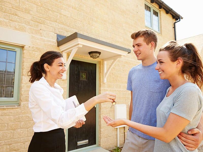 Как сдавать квартиру в аренду посуточно: самостоятельно или через агентство?